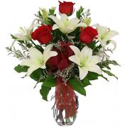 Lindo buquê de lírios brancos e rosas vermelhas em vaso de vidro