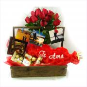 Cesta de Madeira com flores e chocolate  - entregamos em toda BH