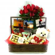 cesta de madeira com rosas e chocolate   - entregamos em toda BH