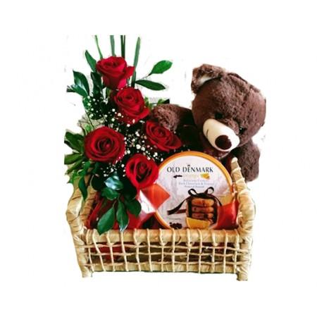 Cesta de rosas com urso de pelúcia e biscoitos